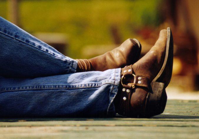 pernas cuzadas com bota de montaria